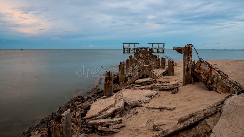 Verwaterd, oud vangstdok dat in zee stortte in Pak Nam Pran Thailand royalty-vrije stock foto
