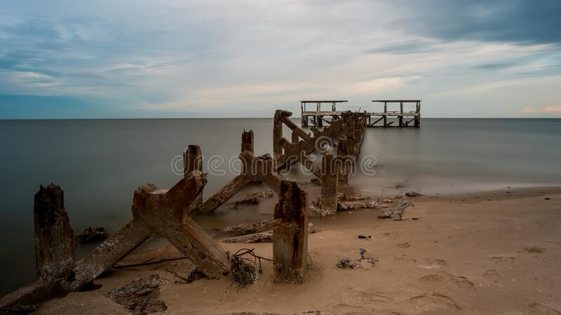 Verwaterd, oud vangstdok dat in zee stortte in Pak Nam Pran Thailand royalty-vrije stock foto's