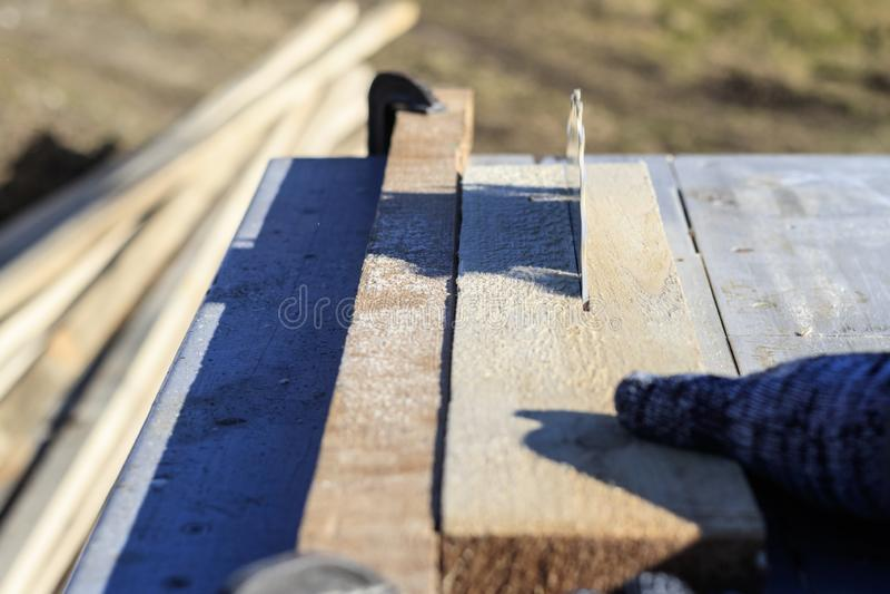 Verweisen Sie Sägeblatt auf einem weißen Hintergrund Auto sägt Holz es gibt eine Tafel im Hintergrund Arbeitshand stockbild