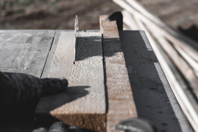 Verweisen Sie Sägeblatt auf einem weißen Hintergrund Auto sägt Holz es gibt eine Tafel im Hintergrund Arbeitshand lizenzfreies stockfoto