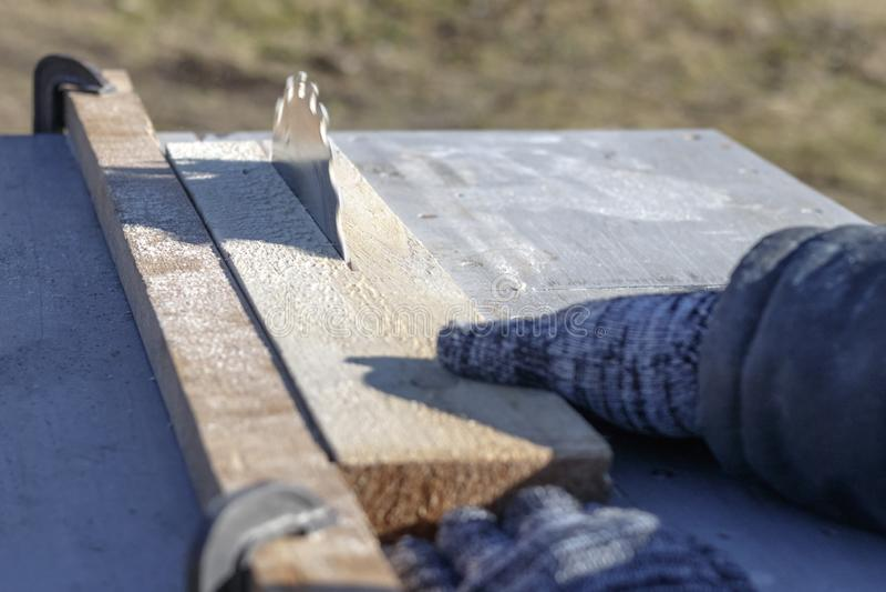 Verweisen Sie Sägeblatt auf einem weißen Hintergrund Auto sägt Holz es gibt eine Tafel im Hintergrund Arbeitshand lizenzfreie stockbilder