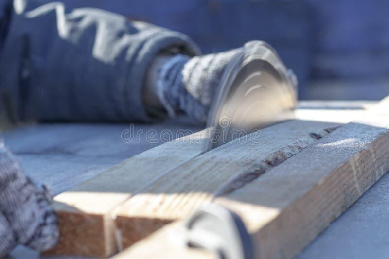 Verweisen Sie Sägeblatt auf einem weißen Hintergrund Auto sägt Holz es gibt eine Tafel im Hintergrund Arbeitshand stockfotografie