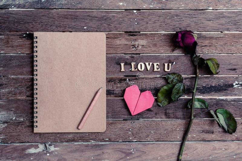 Verwelkte rosafarbene und rote Herzform stockbild