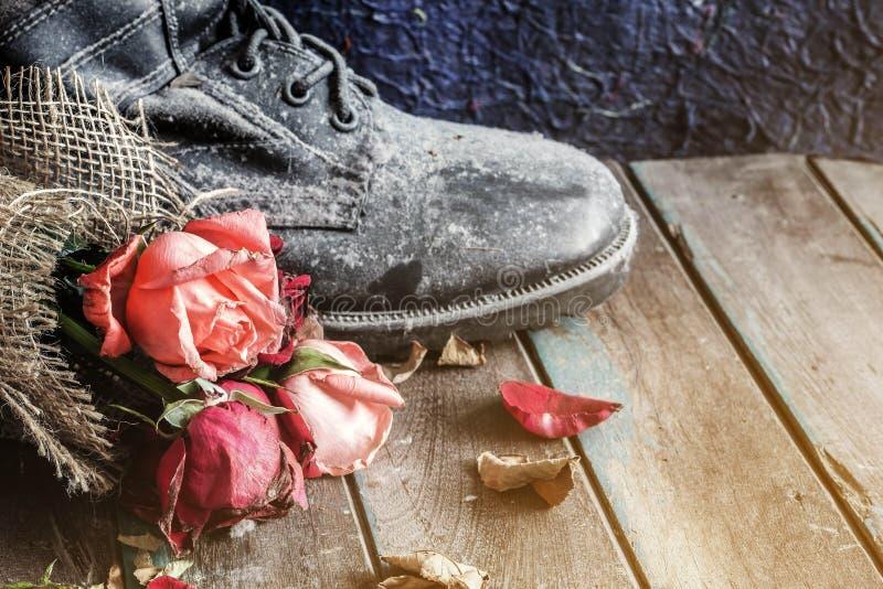 Verwelkte rozen op oud hout royalty-vrije stock afbeeldingen