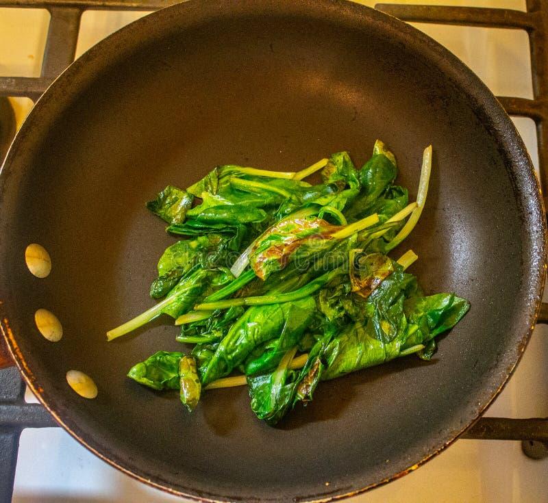 Verwelkter Spinat auf einer Wanne lizenzfreie stockbilder