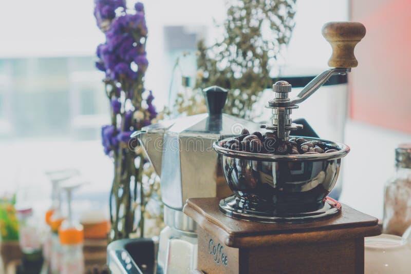 Verwenden Sie eine Kaffeemühle stockfotografie