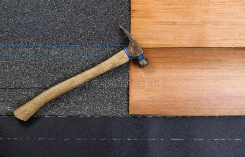 Verwendet, Hammer mit neuen Schindeln der Zusammensetzung und der Zeder überdachend, flehen Sie an lizenzfreie stockfotografie