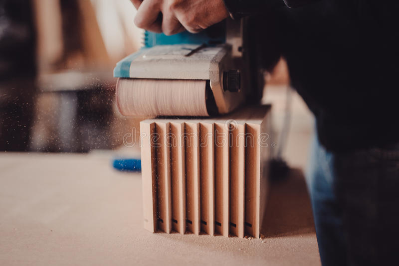 Verwerking van een meubilairdeel door een machine om een boom op te poetsen royalty-vrije stock fotografie