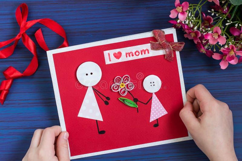 Verwezenlijking een groetkaart voor de Moeder` s Dag door het kind stap stock foto