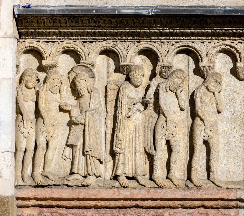 Verwezenlijking en Daling op de de Kathedraalvoorgevel van Modena royalty-vrije stock foto