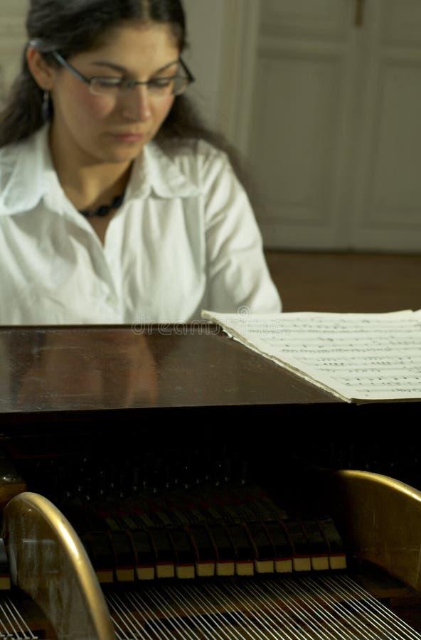 Verwezenlijkte Pianist bij piano-2 royalty-vrije stock afbeeldingen