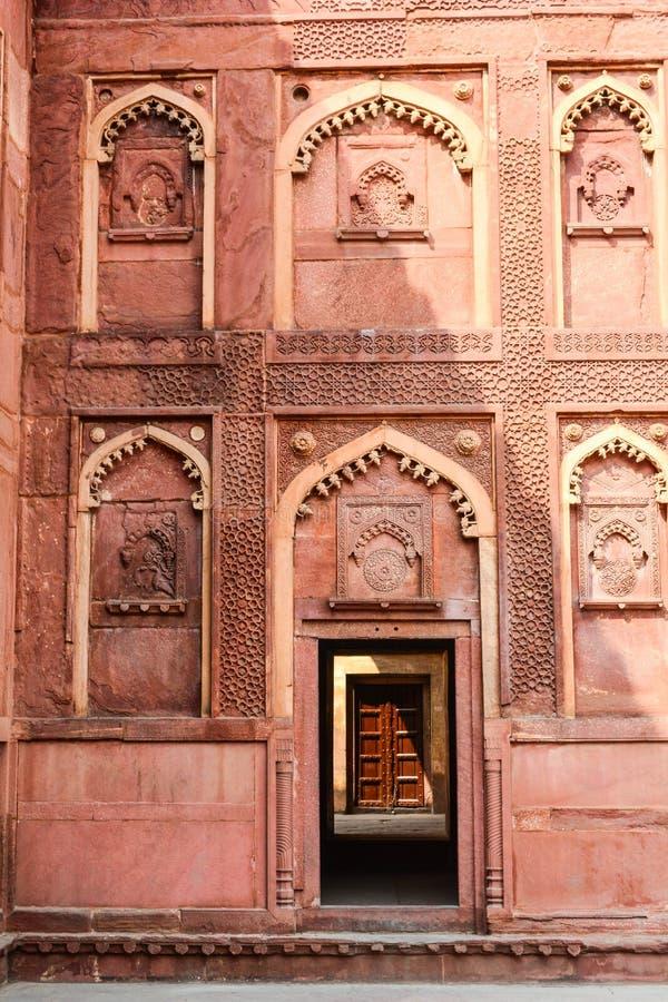 Verwickelte Carvings verzieren das Agra-Fort in Agra, Indien lizenzfreie stockfotografie