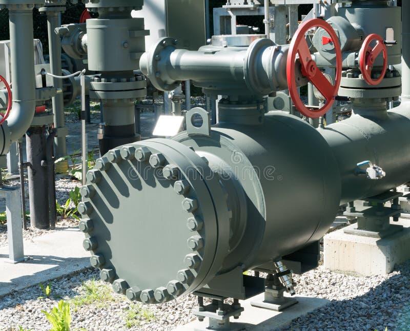 Verwickeltes System von den Metallrohren und Ventile und Räder benutzt, um Wasser und Abwasser zu regulieren stockfotografie