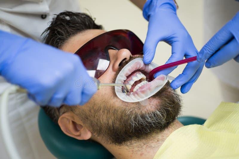 Verwijder bederf uit tanden en vul holten De reparatie barstte of brak tanden en verwijdert tanden Tandarts en patiënt stock foto's