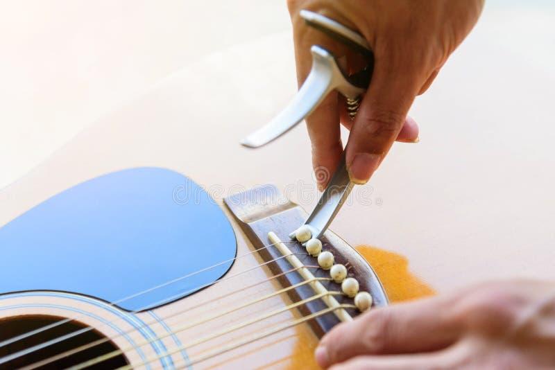 Verwijder de akoestische speld van de gitaarbrug stock foto's