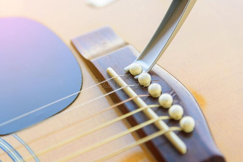 Verwijder de akoestische speld van de gitaarbrug royalty-vrije stock foto's