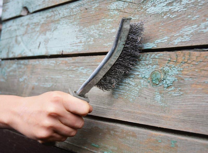 Verwijder de oude verf uit de houten oppervlakte stock foto's