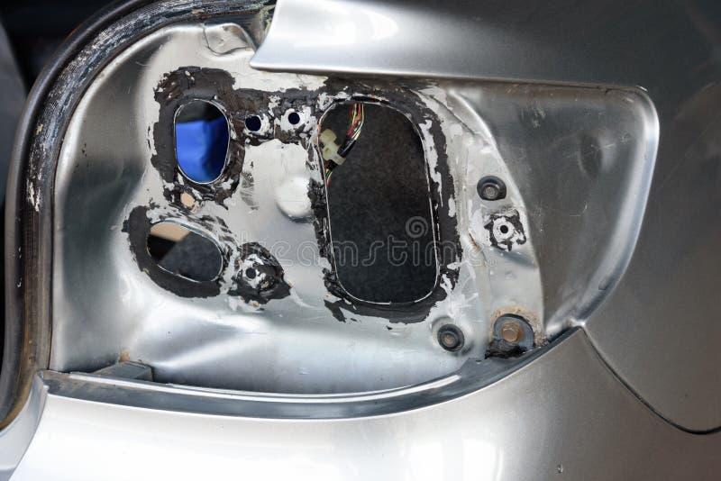 Verwijder de staartlamp van oude auto stock foto