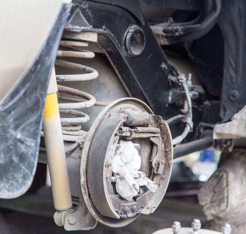 Verwijder het wiel van auto stock fotografie