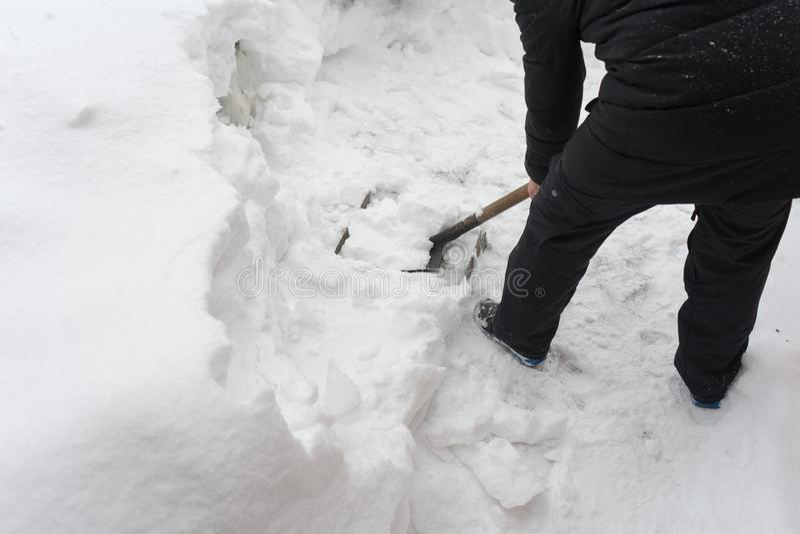 Verwijder sneeuw met een schop Plaats voor uw tekst royalty-vrije stock afbeelding