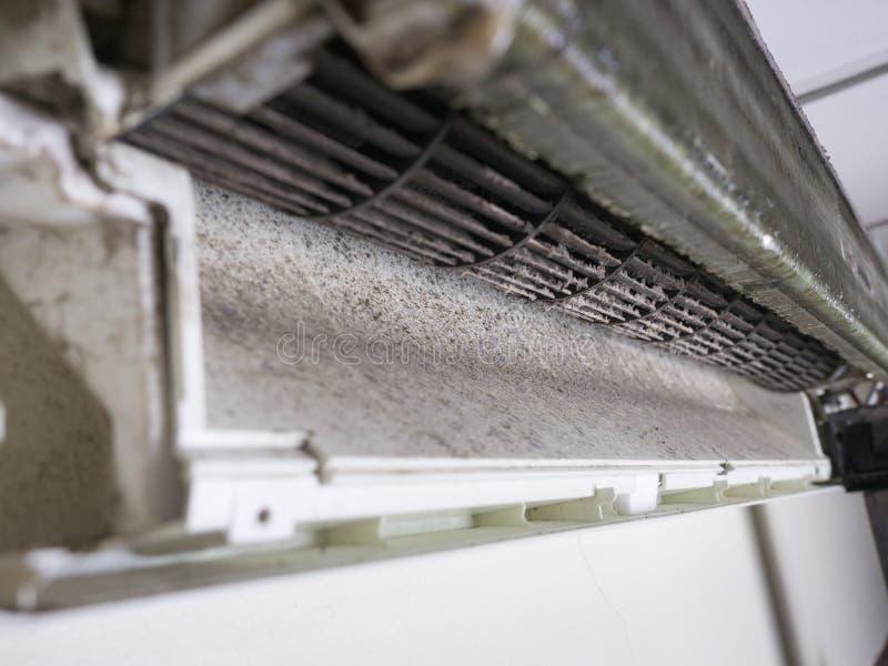 Verwijderde dekking van airconditioner en de Vuile ventilator van de eekhoornkooi stock foto