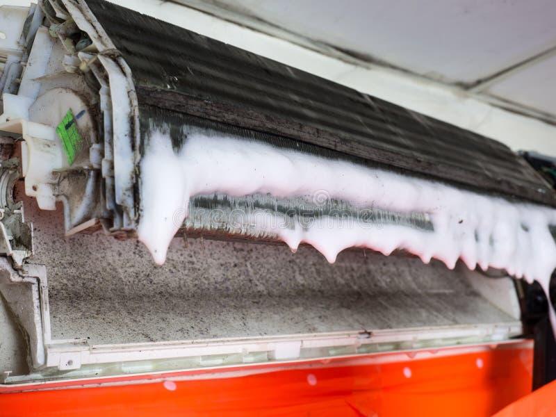 Verwijderde dekking van airconditioner en de Vuile ventilator van de eekhoornkooi stock afbeeldingen