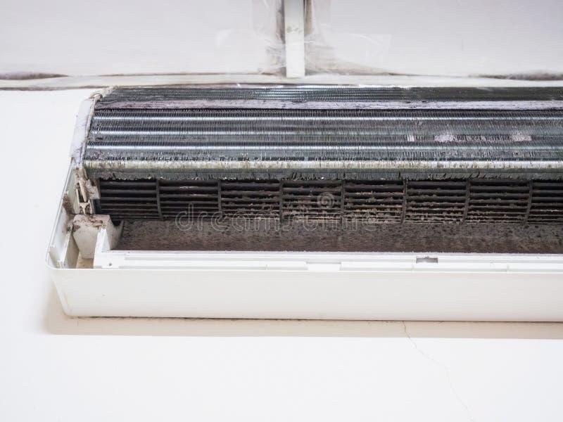 Verwijderde dekking van airconditioner en de Vuile ventilator van de eekhoornkooi, ho stock afbeeldingen