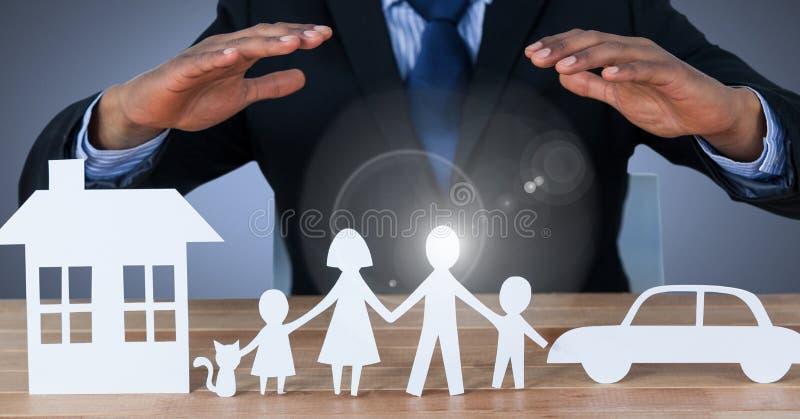 Verwijderde huisfamilie en auto onder modellenhanden stock afbeeldingen