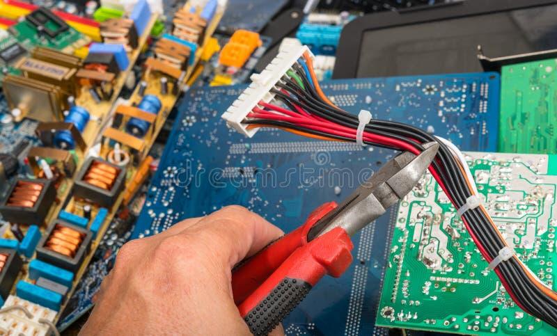 Verwijdering van elektronisch afval Hand met buigtang stock foto's