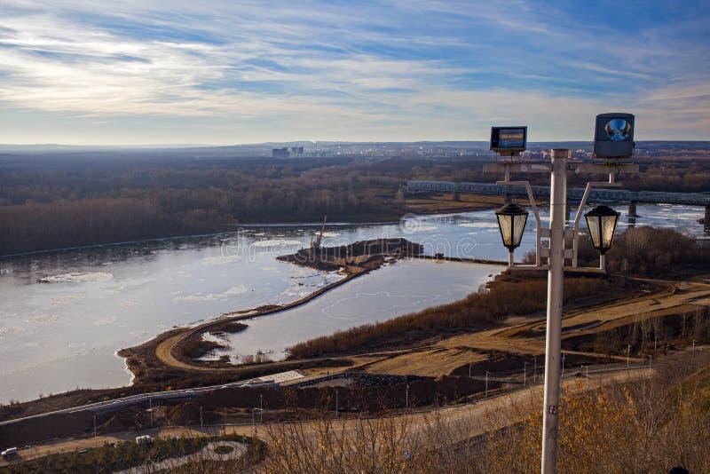 Verwijdering van zand van de rivier na productie zandextractie op de rivier stock foto