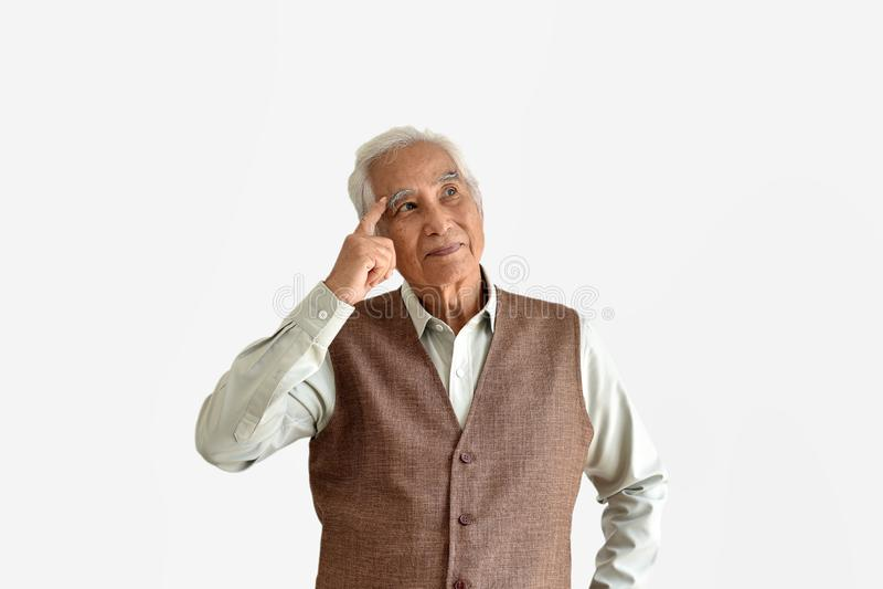 Verwirrender und vergesslicher älterer asiatischer Mann mit denkender Geste, Alzheimerkrankheit stockbild