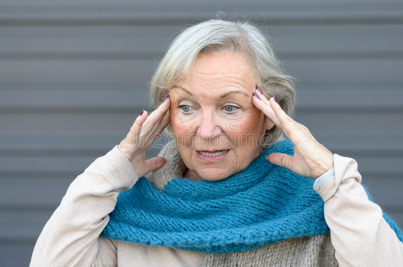 Verwirrte und verwirrte ältere Dame lizenzfreies stockbild
