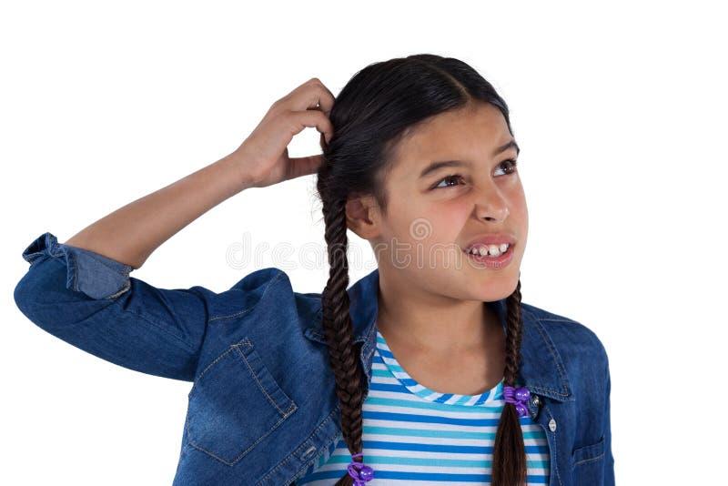 Verwirrtes Mädchen, das gegen weißen Hintergrund steht lizenzfreie stockbilder