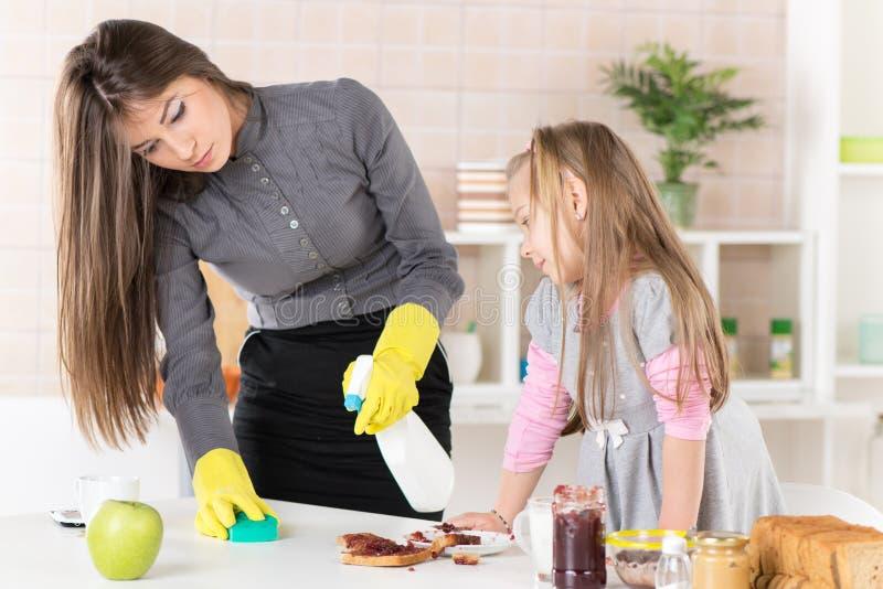 Verwirrung mit Stau in der Küche lizenzfreies stockbild