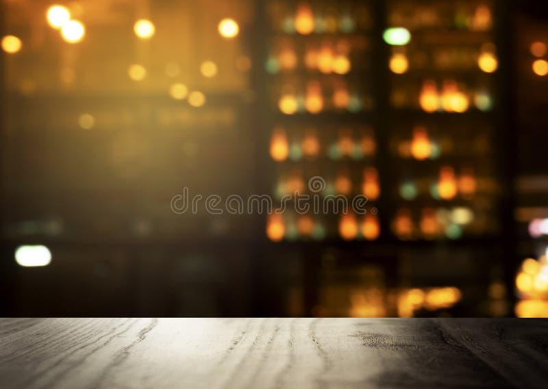 Verwischen Sie Bar oder Kneipe mit Spitze der Tabelle und des Lichtes der Partei im dar stockfotografie