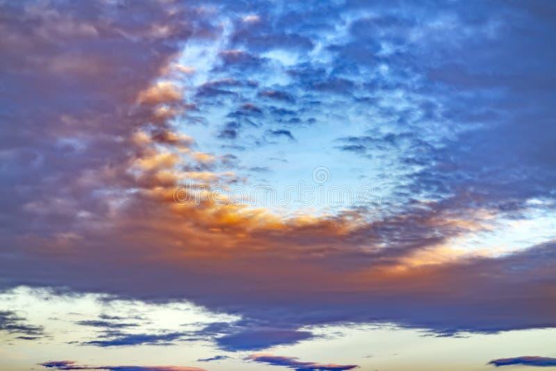 Verwischen Sie skyscape mit den starken grauen Wolken, die den grenzenlosen Himmel bei Sonnenuntergang füllen lizenzfreie stockbilder