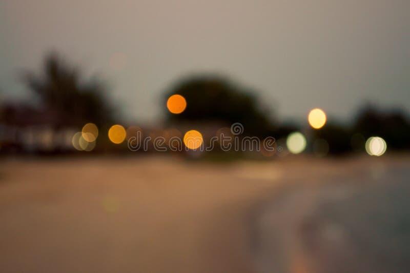 Verwischt von der Bungalowbeleuchtung auf dem Nachtstrand schön lizenzfreie stockfotografie