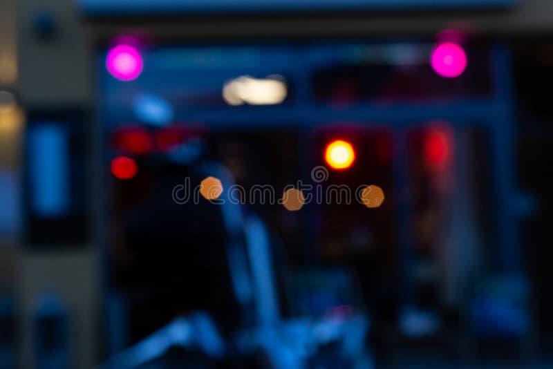 verwischte uns Zerhackermotorrad vor Bistros und Kneipe Neon-lig stockbilder