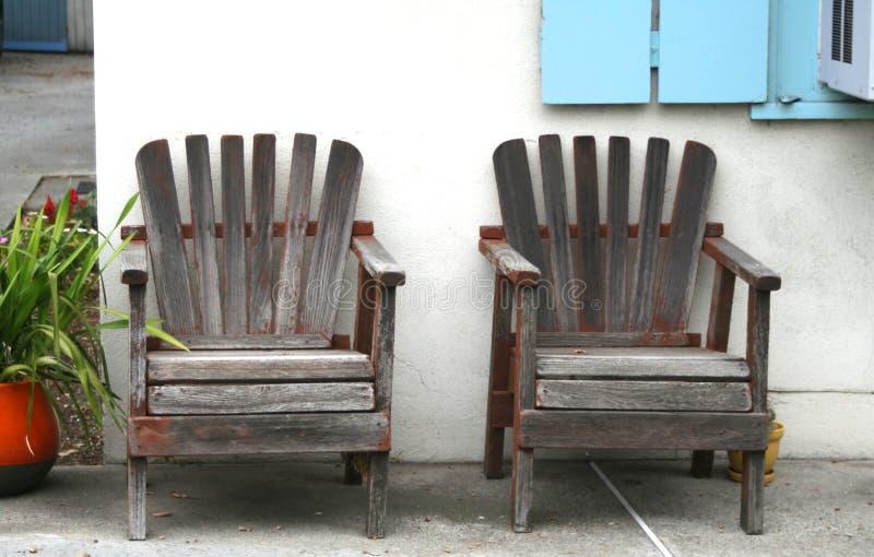 Verwitterte hölzerne Stühle lizenzfreie stockbilder