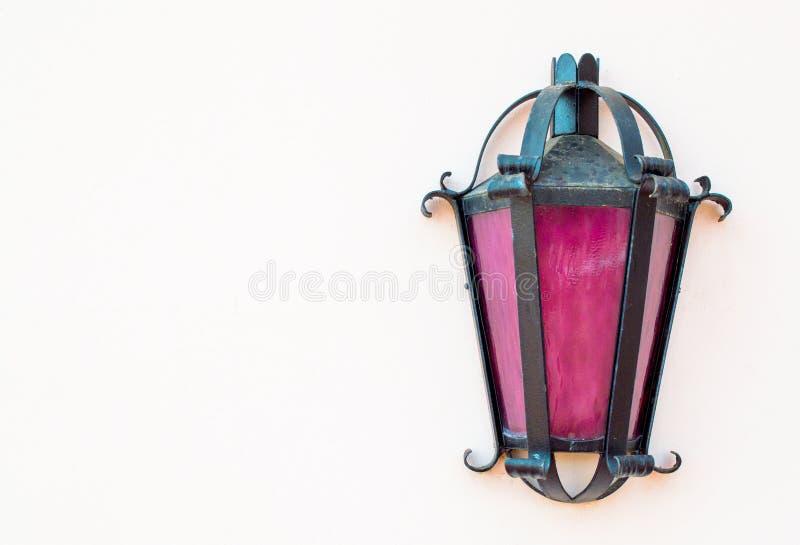 Verwitterte Kutschenlampe auf der Wand eines Gebäudes lizenzfreie stockfotografie