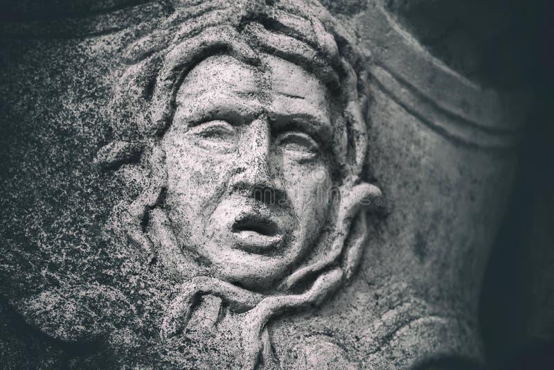 Verwitterte Steinstatuendetailgrimasse stockfoto