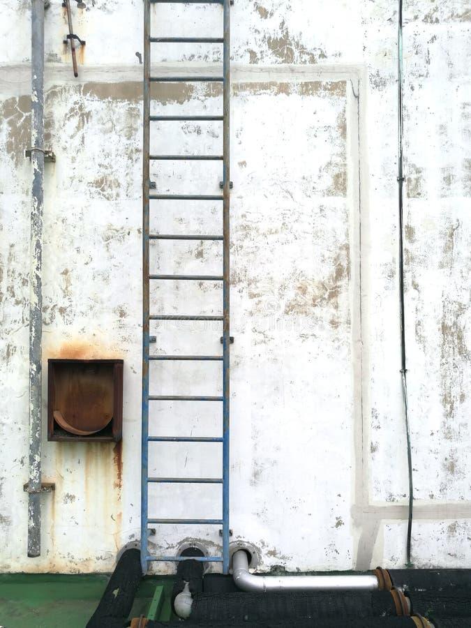 Verwitterte Stuckwand mit Eisentreppenhaushintergrund stockbilder