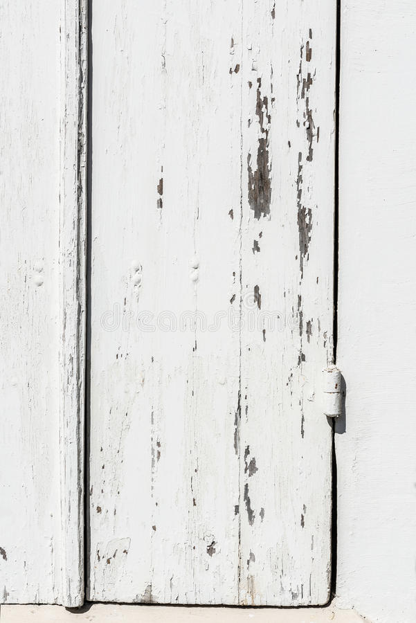 Verwitterte weiße Holztür mit der Farbe abgebrochen und Schale stockfotos