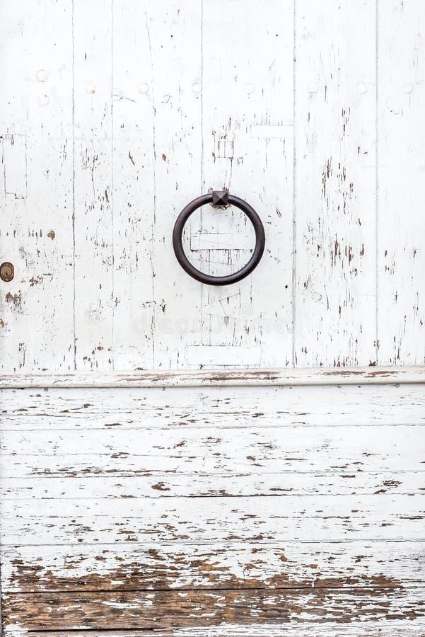 Verwitterte weiße Holztür mit der Farbe abgebrochen und Schale stockfoto