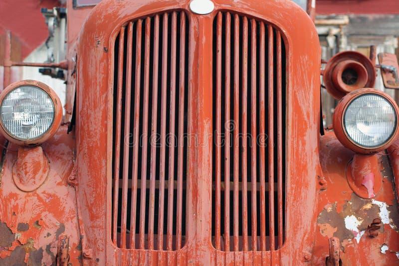 Verwitterter Grill eines roten Weinlese-Löschfahrzeugs lizenzfreies stockbild