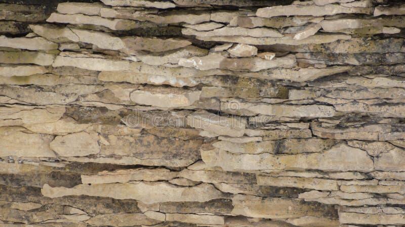 Verwitterter Kalksteinklippenhintergrund mit gewellten Schichten stockfotografie