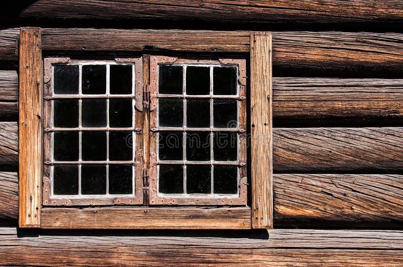 Download Verwittertes Protokollhaus-Wandfenster Stockfoto - Bild von wiederbelebung, haupt: 26354250