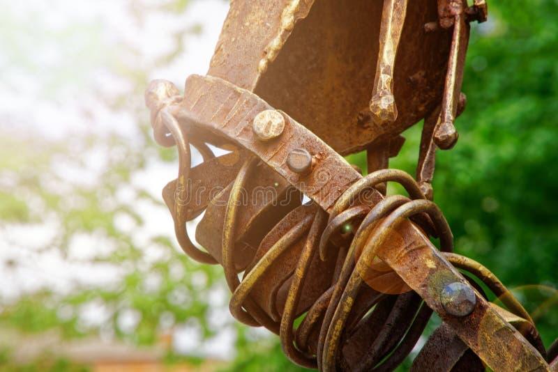 Verwittertes rostiges Metallelement auf der Stra?e, geformte Detailnahaufnahme lizenzfreie stockfotos