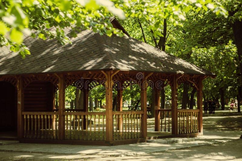 Verwittertes Sommerhaus im Park für intellektuellen Rest lizenzfreies stockbild