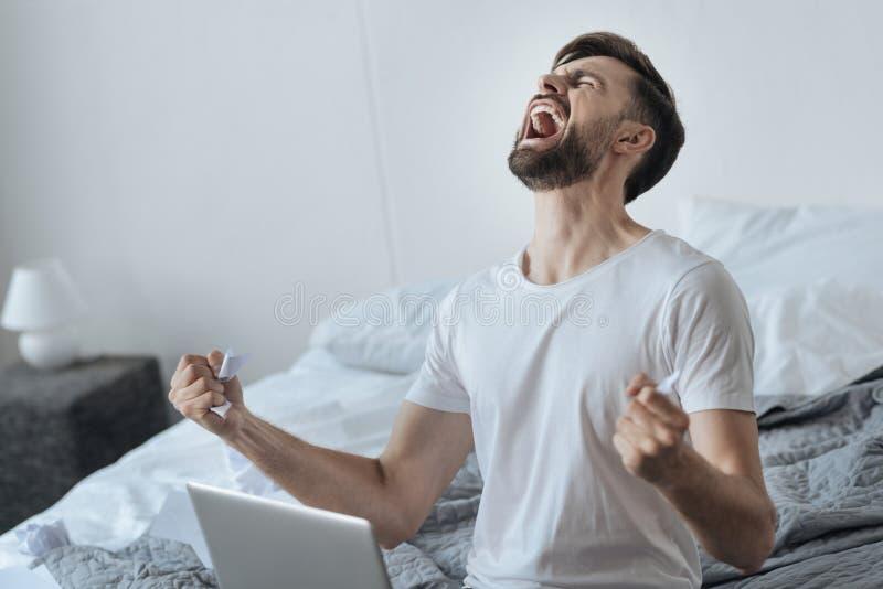 Verwoeste jonge mens die zijn emoties tonen royalty-vrije stock foto's